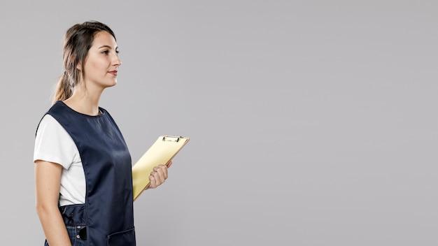 Vista laterale della lavoratrice con lo spazio della copia e del grembiule