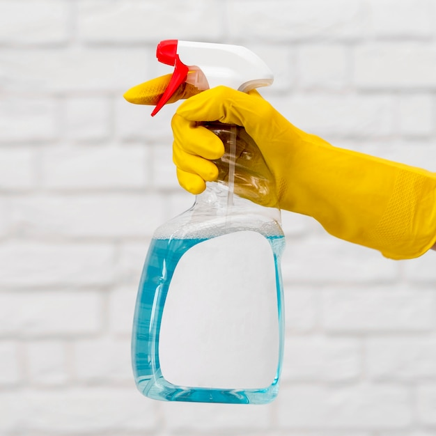 Vista laterale della mano con la soluzione detergente per guanti
