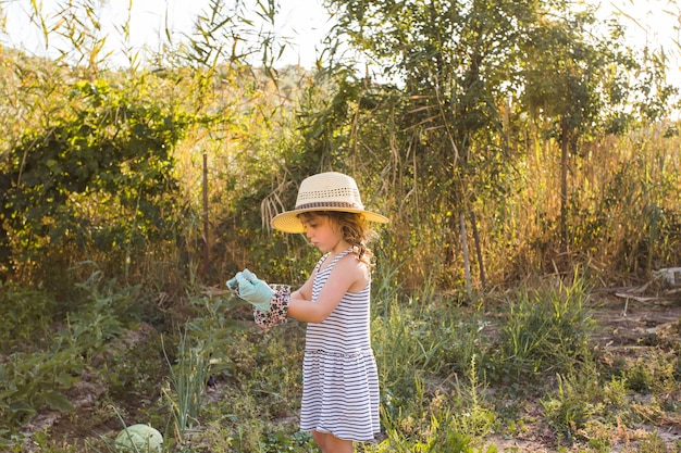 Vista laterale della ragazza che indossa i guanti nel campo