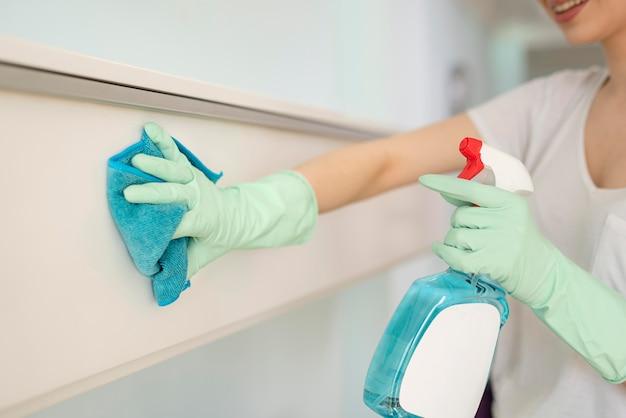 Vista laterale della superficie di pulizia della donna
