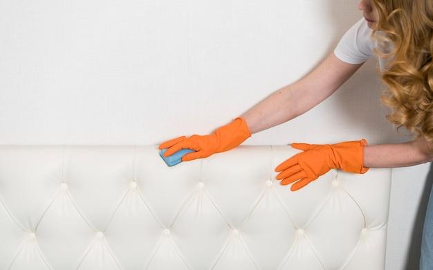 Vista laterale della testata di pulizia della donna