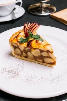 Vista laterale della torta di mele su un piatto bianco