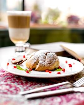 Vista laterale della torta di pasta frolla decorata con fragole tagliate su un piatto bianco