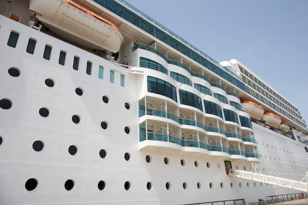 Vista laterale delle cabine sulla nave da crociera - crociera di lusso