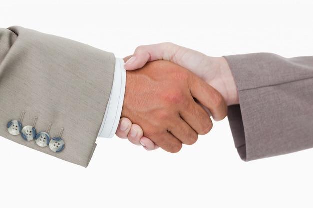 Vista laterale delle mani della gente di affari che agitano
