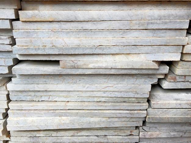 Vista laterale delle piastrelle di marmo impilate