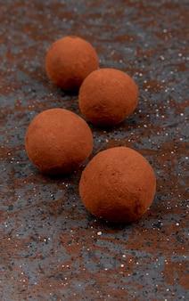 Vista laterale di dolci su nero e marrone