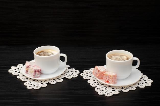 Vista laterale di due tazze di caffè con gelato