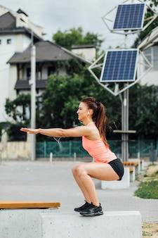 Vista laterale di esercitazione della donna