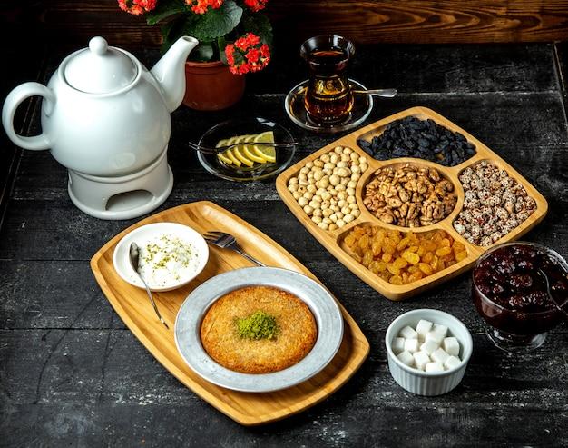 Vista laterale di frutta asciutta matta del kunefe dell'insieme di tè