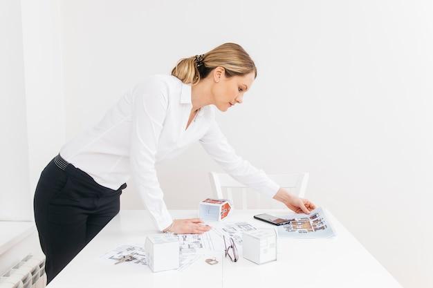 Vista laterale di giovane donna di affari che lavora nell'ufficio