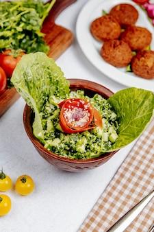 Vista laterale di insalata con pomodori e cetrioli di quinoa