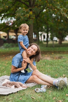 Vista laterale di madre e figlia