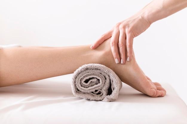 Vista laterale di massaggio del piede del primo piano