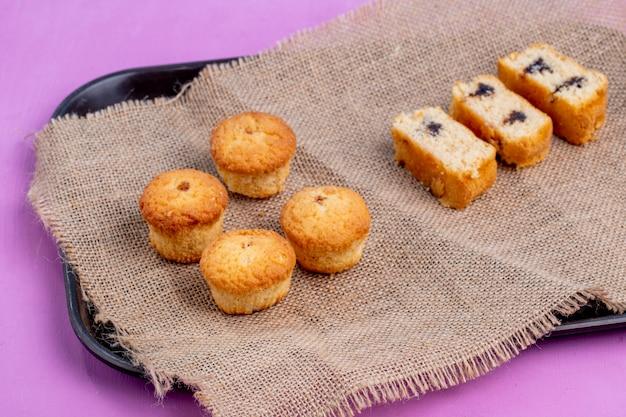Vista laterale di muffin e torte su rustico