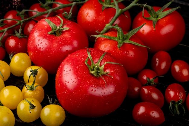 Vista laterale di pomodori gialli e rossi