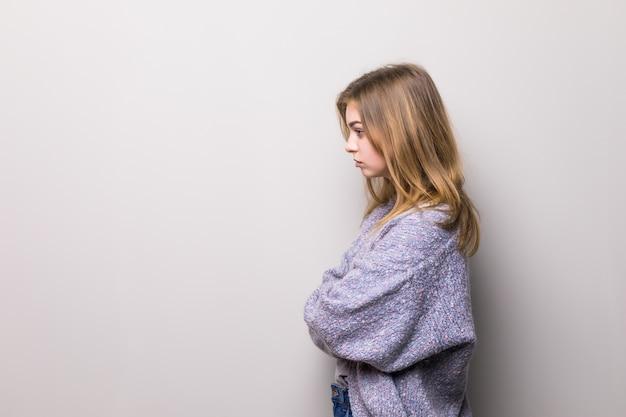 Vista laterale di profilo semi-affrontato fine sul ritratto del pensiero concentrato concentrato sicuro serio che riflette ragazza teenager graziosa isolata