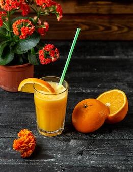 Vista laterale di succo d'arancia fresco