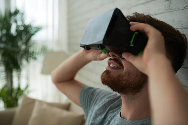 Vista laterale di un volto di uomo stupito dalla realtà virtuale