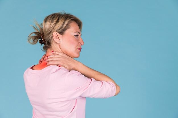 Vista laterale di una donna che ha dolore al collo severo