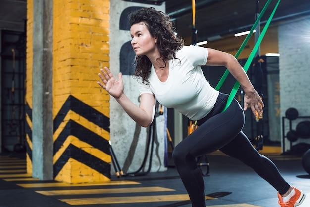 Vista laterale di una giovane donna che fa esercizio