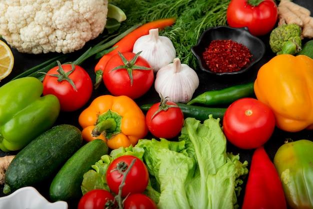 Vista laterale di verdure con spezie