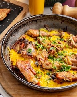 Vista laterale di verdure delle uova di cipolla di chighirtma del pollo
