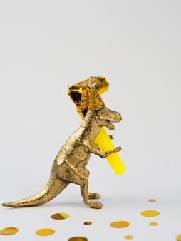 Vista laterale divertente dinosauro con cappello compleanno