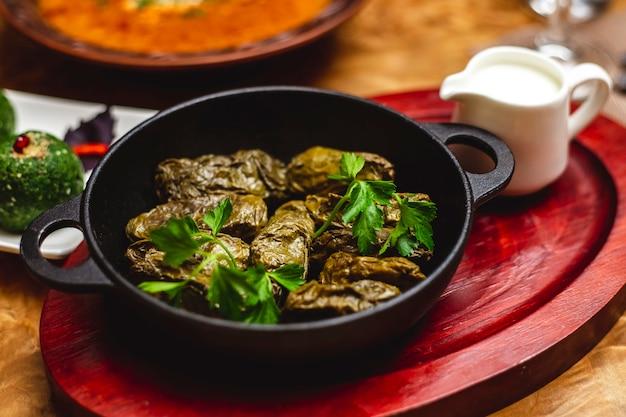Vista laterale dolma foglie di vite ripiene con carne macinata cipolla e verdure