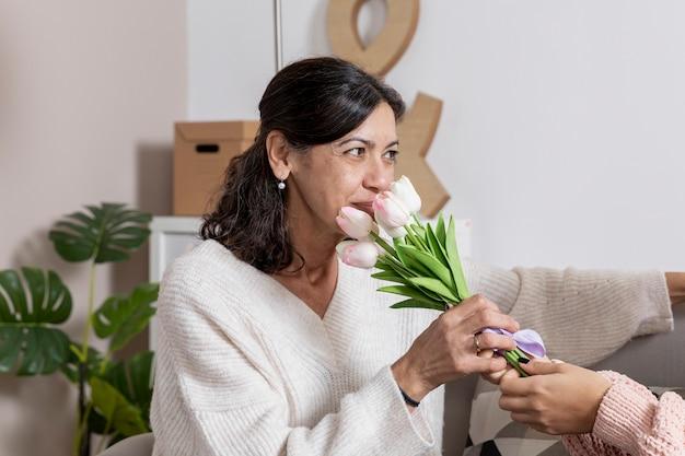 Vista laterale donna con fiori