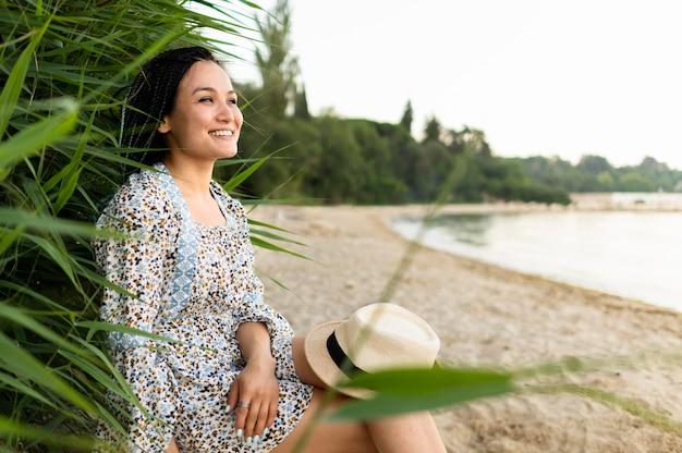 Vista laterale donna sulla spiaggia