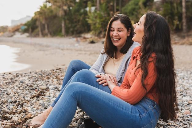 Vista laterale donne in riva al mare