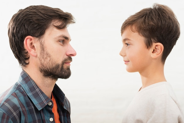 Vista laterale padre e figlio che si guardano