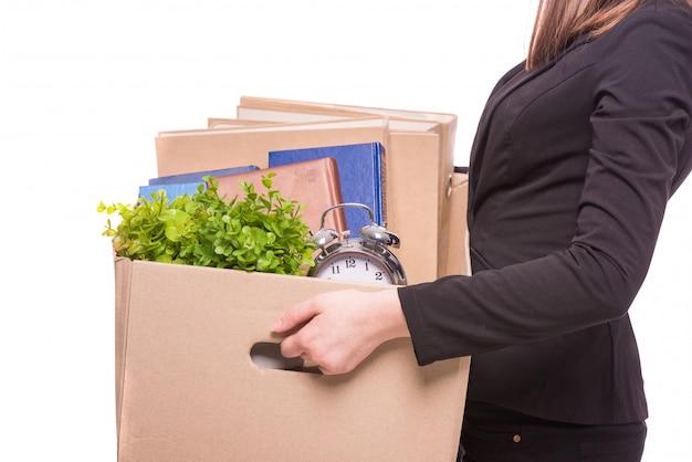 Vista laterale. scatola della tenuta della donna di affari con gli oggetti dell'ufficio.