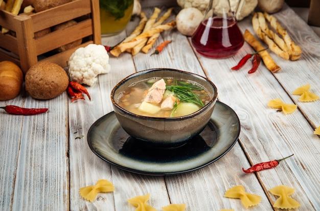 Vista laterale sulla zuppa di pesce rosso di pesce reale fatto in casa