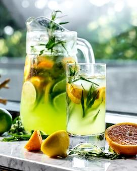 Vista laterale tonificante limonata con limone lime e dragoncello