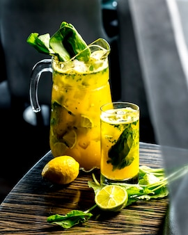 Vista laterale tonificante limonata con limone lime e spinaci