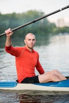 Vista laterale uomo in kayak con remo