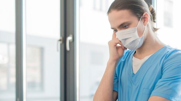 Vista laterale uomo infermiera