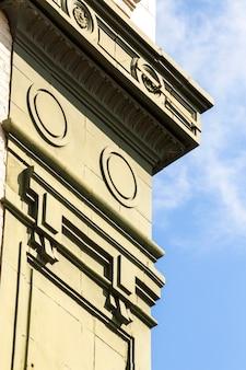 Vista laterale vecchio monumento culturale