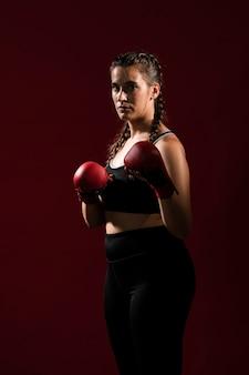 Vista lunga della donna atletica in vestiti di forma fisica