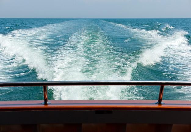 Vista mare di un traghetto