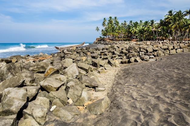 Vista mare in giornata di sole. parte della spiaggia di odayam, varkala, india