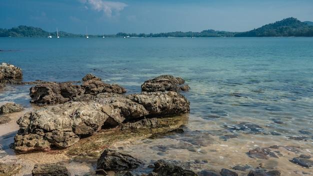 Vista mare spiaggia tropicale