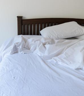 Vista mattutina di un letto sfatto
