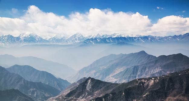Vista montuosa naturale