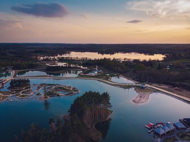 Vista mozzafiato di laghi e foreste durante il tramonto