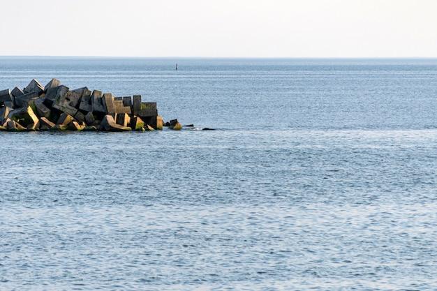 Vista mozzafiato sul mare con frangiflutti.