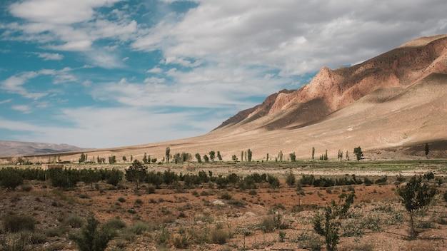 Vista mozzafiato sulle montagne sotto il cielo nuvoloso catturato in marocco