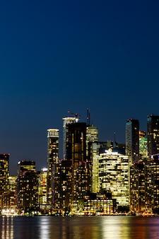 Vista notturna del centro di toronto, ontario, canada